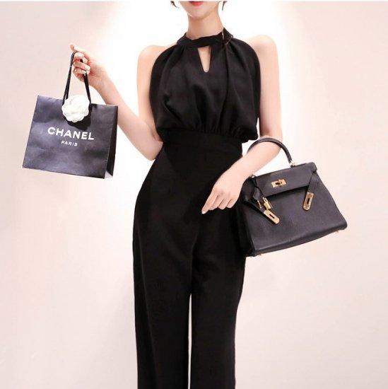 ホルターネックのチラ見せがフェミニンな黒のロング丈パンツドレス オールインワン