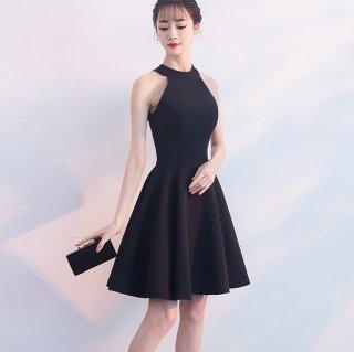 ホルターネックでエレガントに 美シルエットなフレアスカートの膝丈ブラックドレス