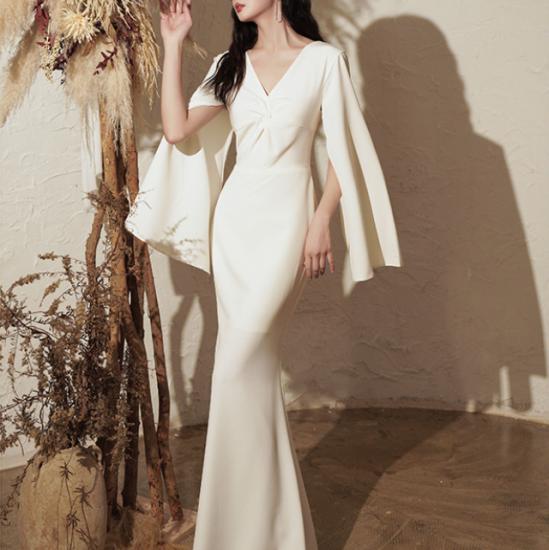 エレガントで個性的な海外デザイン 変形スリットスリーブのボディコンマキシ白ドレス