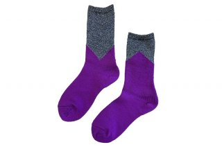 <img class='new_mark_img1' src='https://img.shop-pro.jp/img/new/icons5.gif' style='border:none;display:inline;margin:0px;padding:0px;width:auto;' />GLITTER COLOR BLOCK SOCKS<br>SILVER×PURPLEの商品画像