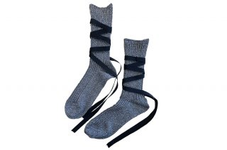 <img class='new_mark_img1' src='https://img.shop-pro.jp/img/new/icons5.gif' style='border:none;display:inline;margin:0px;padding:0px;width:auto;' />GLITTER RIBBON LACEUP SOCKS<br>SILVER×BLACKの商品画像