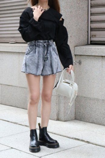 <img class='new_mark_img1' src='https://img.shop-pro.jp/img/new/icons57.gif' style='border:none;display:inline;margin:0px;padding:0px;width:auto;' />side line cut off denim short pants / chemical black