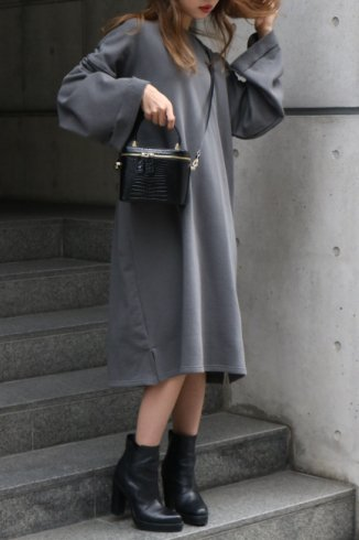 <img class='new_mark_img1' src='https://img.shop-pro.jp/img/new/icons20.gif' style='border:none;display:inline;margin:0px;padding:0px;width:auto;' />crew neck sweat shirt sack long dress / charcoal gray