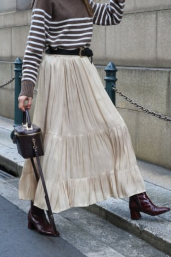 tiered design satin flare skirt / beige