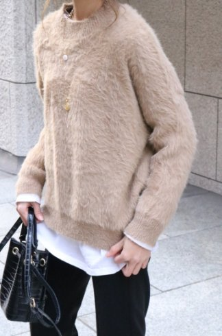 crew neck shaggy knit tops / beige