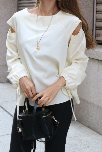 <img class='new_mark_img1' src='https://img.shop-pro.jp/img/new/icons14.gif' style='border:none;display:inline;margin:0px;padding:0px;width:auto;' />2way cut shoulder ribbon cuffs tops / ivory
