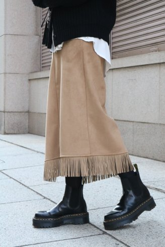 <img class='new_mark_img1' src='https://img.shop-pro.jp/img/new/icons14.gif' style='border:none;display:inline;margin:0px;padding:0px;width:auto;' />fringe piping suede trapeze skirt / beige