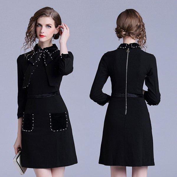 レトロチックな黒のタイトミニドレス