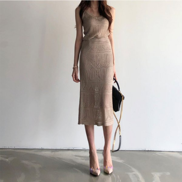 涼し気ニットの透かし柄が目を惹く キャミソール×ひざ丈スカートセットアップ