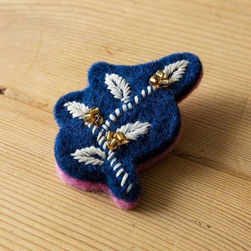 ブローチ フェルト手刺繍 リーフ ブルー系(フェアトレード )