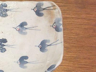 やまぐちあさこさんの粉引きの青い鳥のスクエアケーキ皿