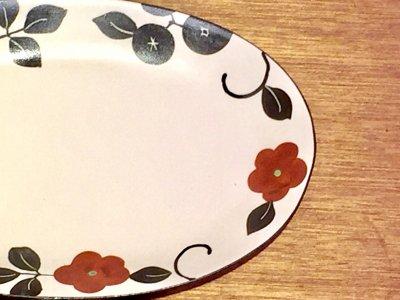 モノクロ模様の中に赤いお花が咲いています 可愛いお皿です 矢島操さん(滋賀)のオーバルプレート(赤花)