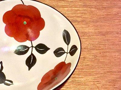 矢島操さんのモノクロだえん鉢(赤花)