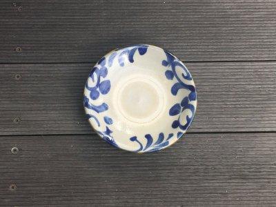 独特の個性を持つ器です。取り分けに最適な5寸皿です。やちむん 風香原 コバルト唐草