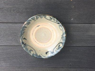 沖縄の器やちむんです。個性的な器 照屋窯 重 唐草 皿6寸