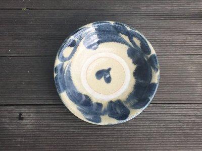 沖縄の器やちむんです。個性的な器 松田共司 呉須唐草 皿7寸
