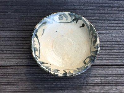 沖縄の器やちむんです。個性的な器 照屋窯 上 唐草 皿6寸