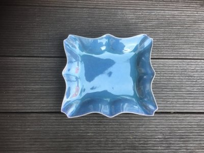 洋食器のようにも見えるモダンな雰囲気を持つ工房・國さんの器 平角皿 青