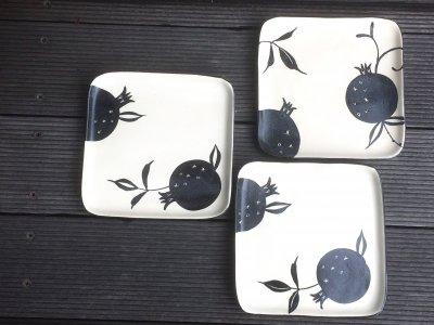 モノクロ模様の可愛いお皿です 矢島操さん(滋賀)の角皿(ざくろ)