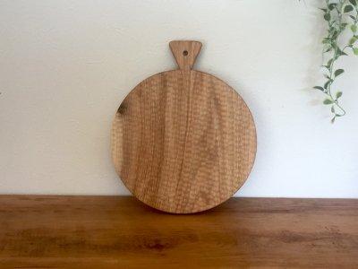 小澤賢一さんの胡桃のカッテングボード(丸,彫有り)持ち手三角