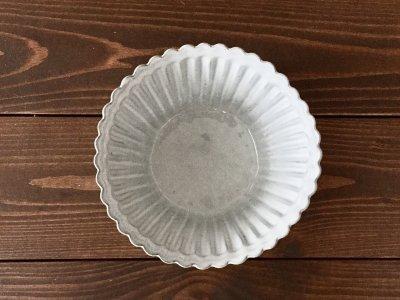 洋食器のようにも見えるモダンな雰囲気を持つ工房・國さんの器 輪花角皿