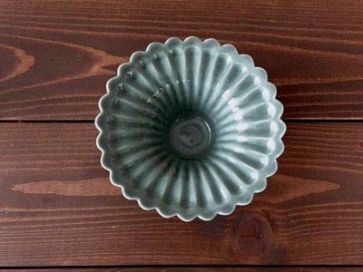 洋食器のようにも見えるモダンな雰囲気を持つ工房・國さんの器 輪花小皿 緑