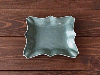 洋食器のようにも見えるモダンな雰囲気を持つ工房・國さんの器 平角皿 緑