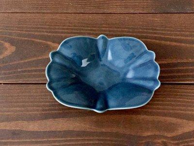 洋食器のようにも見えるモダンな雰囲気を持つ工房・國さんの器 菱形小皿 青