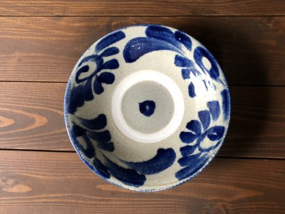 沖縄の器やちむんです。個性的な器 コバルト菊唐草 8寸皿 北窯 松田共司