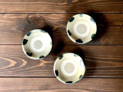 沖縄の器やちむんです。個性的な器 重 緑ドット 3.5寸 照屋窯 照屋佳信
