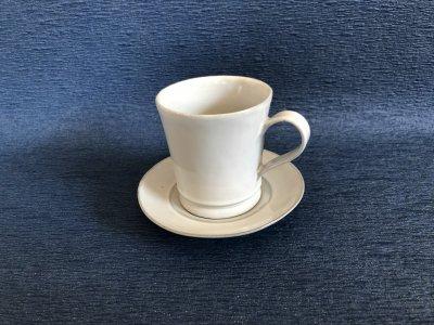 洋食器のようにも見えるモダンな雰囲気を持つ工房・國さんの器 コーヒーカップ ソーサー