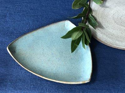 宮崎和佳子さんの三角皿 癒される青です