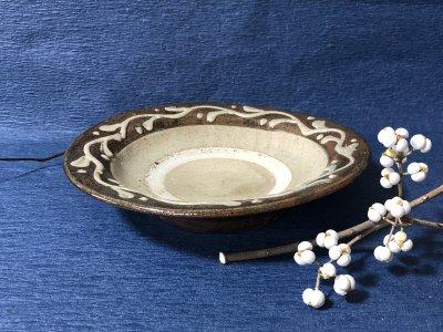 沖縄の器やちむんです。個性的な器 北窯 宮城正亨 皿7寸 ふちイッチン