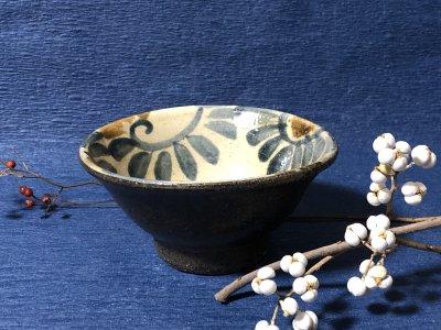 沖縄の器やちむんです。個性的な器 照屋窯 マカイ4.5寸 重 唐草