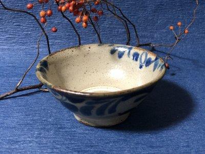 沖縄の器やちむんです。個性的な器 風香原 マカイ4寸 コバルト唐草