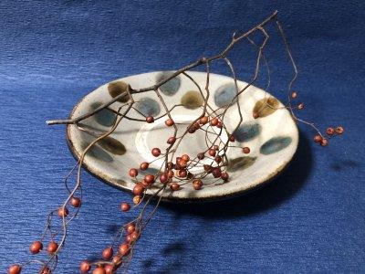 沖縄の器やちむんです。個性的な器 風香原 皿7寸 三彩ドット