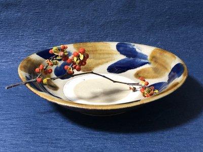 沖縄の器やちむんです。個性的な器 北窯 松田米司 皿8寸 コバルト飴双葉