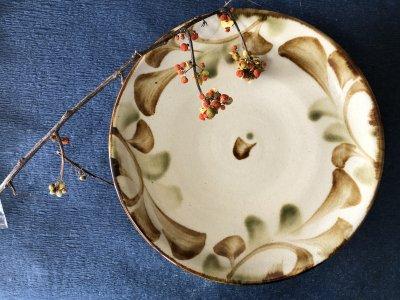 沖縄の器やちむんです。個性的な器 三彩唐草 萬羽 8寸皿