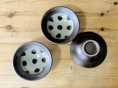 沖縄 工房コキュさんの呉須点打4.5寸鉢 可愛らしい1枚です。