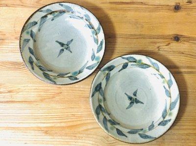 沖縄 工房コキュさんの器 唐草5寸皿 リーフ柄が可愛い1枚です。