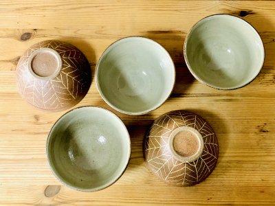 沖縄 工房コキュさんの器 象嵌4.5寸椀(羽) 素朴な1品です。