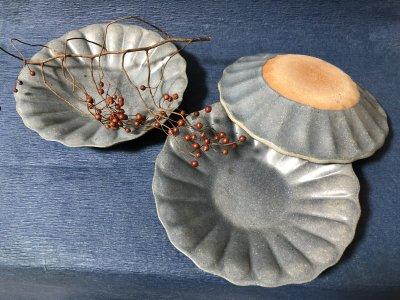 お花をかたどった輪花深皿大グレー秞