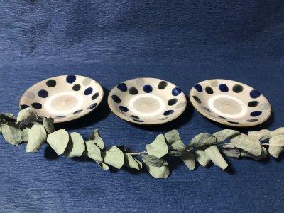 沖縄の器やちむんです。個性的な器 陶器工房風香原 皿4寸 コバルト呉須白ドット