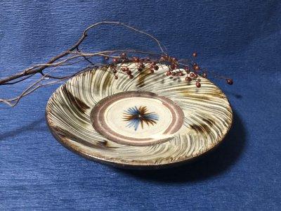 沖縄の器やちむんです。個性的な器 陶藝玉城 皿7寸 重 刷毛目