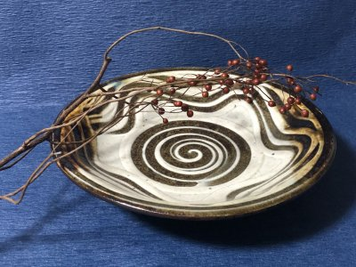 沖縄の器やちむんです。個性的な器 陶藝玉城 皿8寸 上 指掻