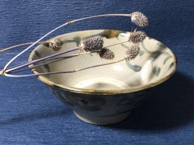 沖縄の器やちむんです。個性的な器 陶器工房風香原 マカイ6寸 花唐草
