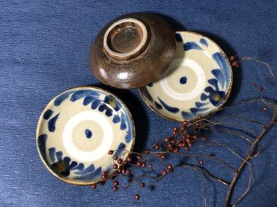 沖縄の器やちむんです 松田共司 個性的な器 皿 コバルト菊唐草 4.5寸皿