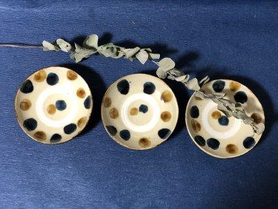 沖縄の器やちむんです。個性的な器 松田共司 呉須飴ドット 皿4.5寸皿