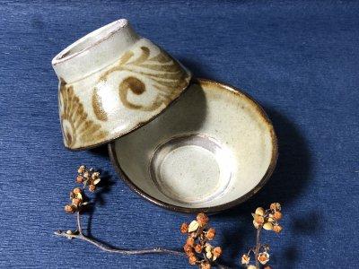 沖縄の器やちむんです。個性的な器 陶藝玉城 重 飴菊唐草 マカイ4寸 茶碗 飯椀