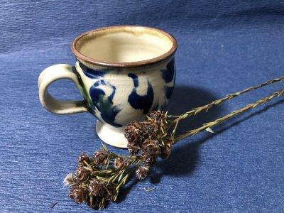沖縄の器やちむんです。個性的な器 福田健治 コバルト菊唐草 マグカップ